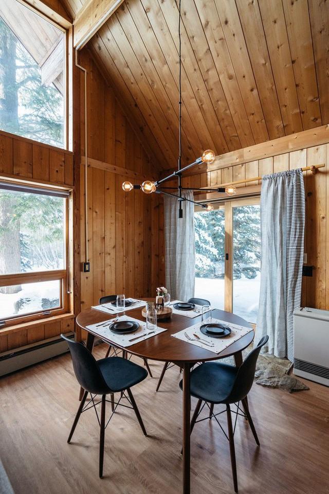 Khu vực ăn uống có thiết kế bàn từ All Modern, ghế từ Poly & Bark và một đèn chùm kiểu dáng đẹp từ West Elm.