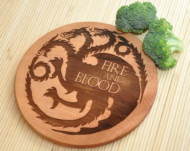 8. Vẫn là một chiếc thớt khác cho những người yêu thích bộ phim này, nhưng lại là chiếc thớt với biểu tượng House Targaryen.