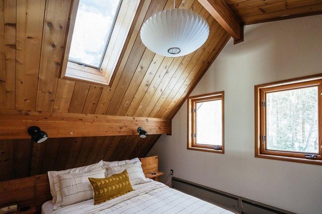 Cabin có 3 phòng ngủ. Các phòng ngủ chính được khoác áo mới màu trắng và được trang bị các thiết kế từ Schoolhouse Electric, Nelson Bubble Lamp, Design Within Reach và khăn trải giường từ CB2.