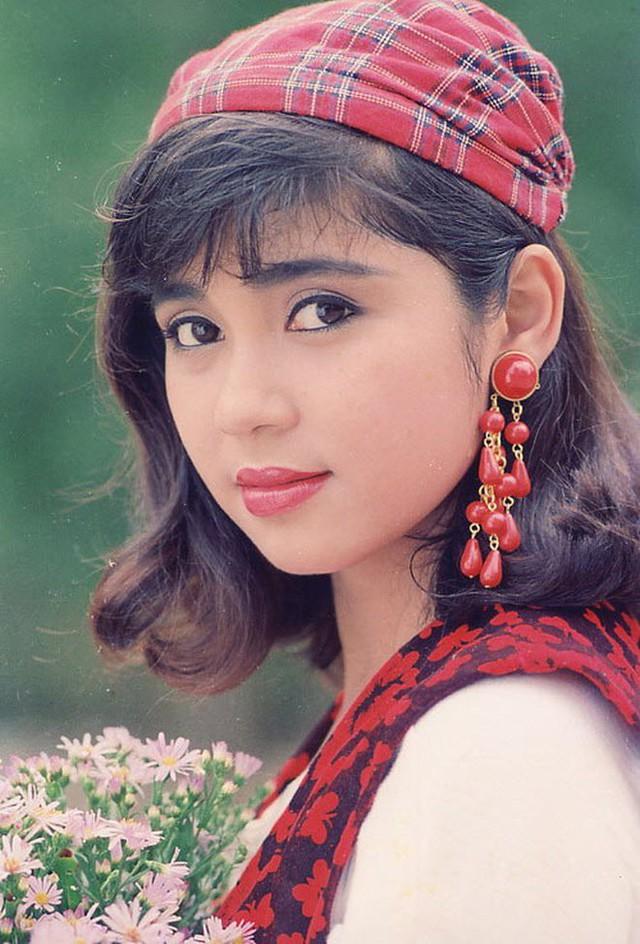 Việt Trinh: Với khuôn mặt đẹp và lối diễn xuất duyên dáng, xuất thần, Việt Trinh đã trở thành ngôi sao điện ảnh gây nhiều sóng gió ở các rạp chiếu phim thời bấy giờ. Năm 1988, cô bắt đầu xuất hiện trên phim ảnh khi còn là sinh viên trường Sân khấu điện ảnh với vai trò là người mẫu lịch ăn khách. Tên tuổi của cô gây sức hút mạnh mẽ ở bất kể đâu. Những thông tin về cô luôn là đề tài nóng bỏng nhất và có tốc độ lan truyền chóng mặt. Hình ảnh của Việt Trinh xuất hiện ở khắp nơi, trong mỗi gia đình thời kỳ đó. Từng là một trong những ngôi sao hàng đầu của điện ảnh Việt Nam những năm 1990, vây quanh Việt Trinh là những người đàn ông thành đạt và có tiếng tăm trong xã hội. Thời phim mì ăn liền lên ngôi gần 30 năm trước, Lý Hùng - Việt Trinh cũng là một cặp tình nhân vô cùng được yêu mến trên màn ảnh.