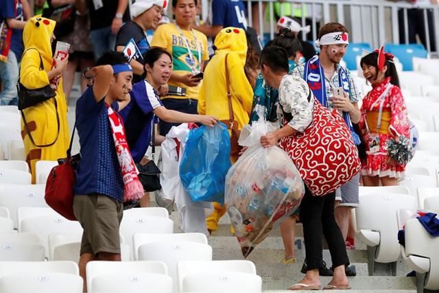 Với cổ động viên Nhật Bản, nhặt rác sau trận đấu dường như là thói quen mỗi khi họ đến các sân cổ vũ cho đội tuyển