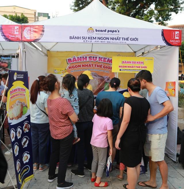 Rất đông khách hàng chờ đợi tại khu vực ẩm thực Nhật Bản