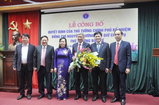 Lãnh đạo Bộ Y tế tặng hoa chúc mừng tân tân Thứ trưởng Nguyễn Trường Sơn