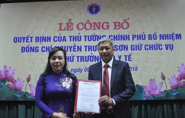 Bộ trưởng Nguyễn Thị Kim Tiến trao Quyết định của Thủ tướng Chính phủ bổ nhiệm đồng chí Nguyễn Trường Sơn giữ chức Thứ trưởng Bộ Y tế