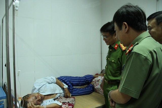 Lãnh đạo Công an tỉnh Hưng Yên thăm hỏi ông Đắc, người bị đối tượng Khơi đánh trọng thương vào tối 5/11. Ảnh: Ph. Huyền