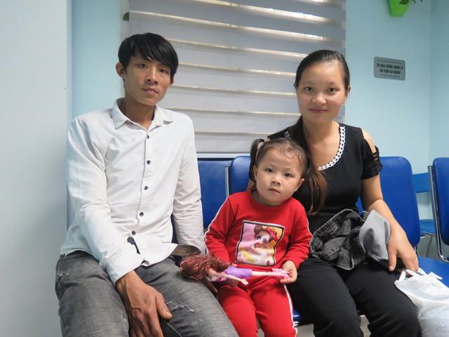 Gia đình nhà chị Ton đang đợi khám ở bệnh viện
