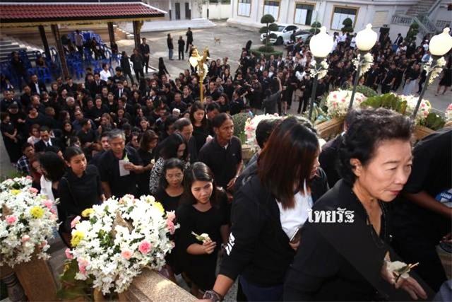 Lễ viếng Nursara Suknamai bắt đầu từ lúc 15h chiều 8/11 tại ngôi chùa Adderet ở Klong Luang, tỉnh Pathum Thani, Thái Lan. Gia đình và rất đông bạn bè tới cầu nguyện, đưa tiễn cô về thế giới bên kia.