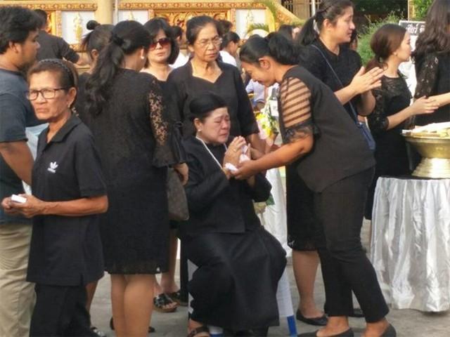 Mẹ Nursara đau khổ, khóc rất nhiều kể từ hôm hay tin con gái tử nạn. Bà không thể đứng lâu mà phải ngồi để cảm tạ những người đến viếng con gái.