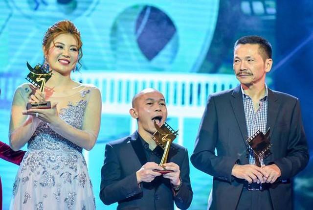 Jimmi Khánh nhận giải Nam diễn viên phụ xuất sắc nhất tại giải Cánh diều. Anh đứng lọt thỏm giữa hai diễn viên Thanh Hương và Trung Anh.