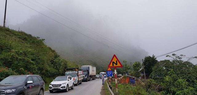 Đoạn đường rơi vào tình trạng ùn tắc kéo dài. Những hình ảnh liên quan tới vụ tai nạn liên tục được người đi đường cập nhật trên mạng xã hội.