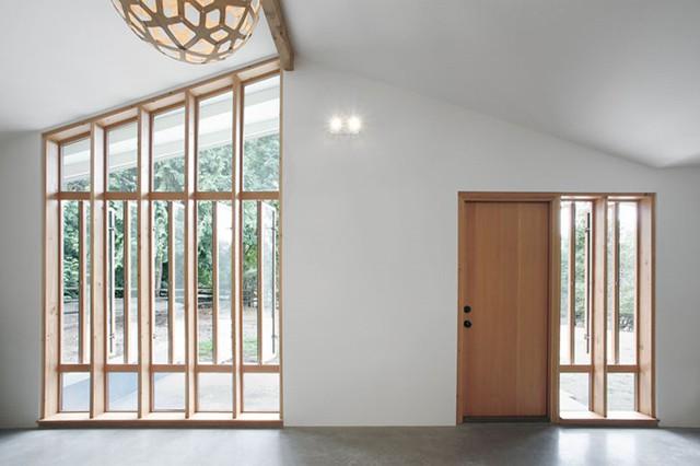 Tuy nhiên trái ngược với bên ngoài, bên trong là không gian ấm áp, sáng sủa và tràn đầy ánh sáng tự nhiên.