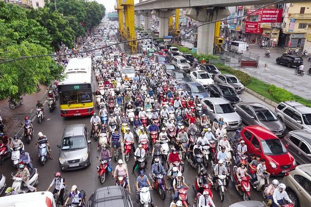 Hà Nội sẽ nghiên cứu cho phù hợp mức thu phí phương tiện vào nội đô để kéo giảm ùn tắc giao thông. Ảnh: Nhật Tân