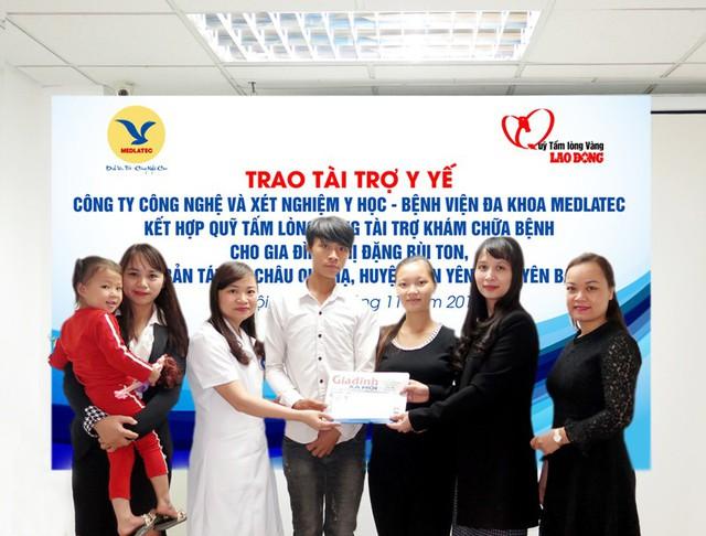 Đại diện Báo GĐ&XH cùng lãnh đạo Bệnh viện Đa khoa Medlatec trao tiền cho gia đình chị Ton.