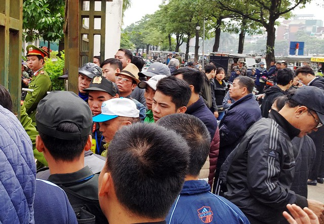 Lúc 12h trưa, hàng trăm người là thương binh được VFF tạo điều kiện mua vé trực tiếp đã có mặt trước trụ sở.