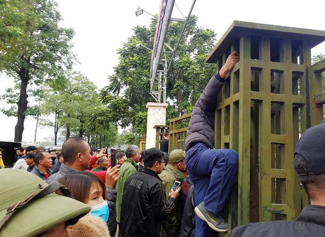 Một số người không thuộc thương binh mua vé đã không ngần ngại trèo lên cổng.