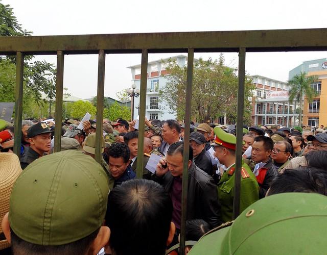 Bên trong sân VFF hàng trăm người nhẫn nại xếp hàng, chờ đến lượt nhận giấy hẹn.