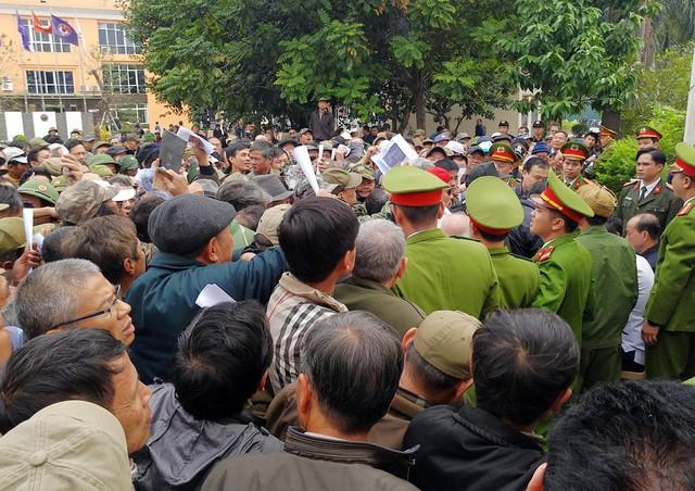 Lực lượng an ninh phải làm việc vất vả để đảm bảo an toàn cho người hâm mộ.