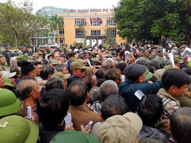 Cảnh tượng đông đến nghẹt thở lúc 12h15 tại phía bên trong cổng VFF.