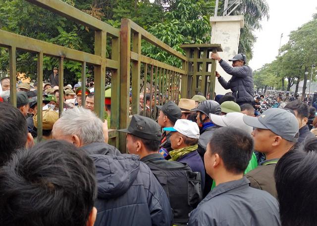 Phía ngoài cổng, nhiều thương binh đến muộn chờ bớt người để vào bên trong xếp hàng.