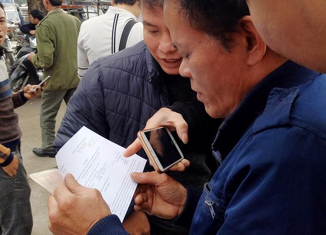 Một thương binh vui mừng khi nhận được giấy hẹn giờ mua vé trực tiếp.