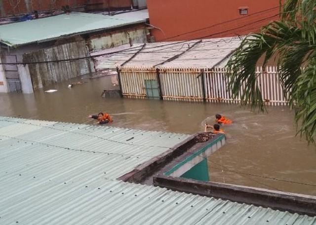 9h sáng nay, Đội Cảnh sát PCCC&CNCH quận Hải Châu nhận tin báo có 4 nạn nhân nữ đang kẹt trong ngôi nhà bị chìm trong nước có địa chỉ 640/10 Trưng Nữ Vương. Tiếp cận hiện trường, các chiến sỹ cảnh sát đã phải bơi vào kiệt khi mực nước đã xấp xỉ 1m.