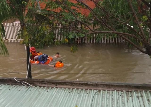 Các nạn nhân đã trèo lên gác lửng và gọi điện cầu cứu đến lực lượng cứu nạn. Sau khoảng 1 giờ đồng hồ, Đội Cảnh sát PCCC&CNCH quận Hải Châu đã giải cứu được 4 cô gái ra khỏi nhà và dùng phao đưa họ đến vị trí an toàn.