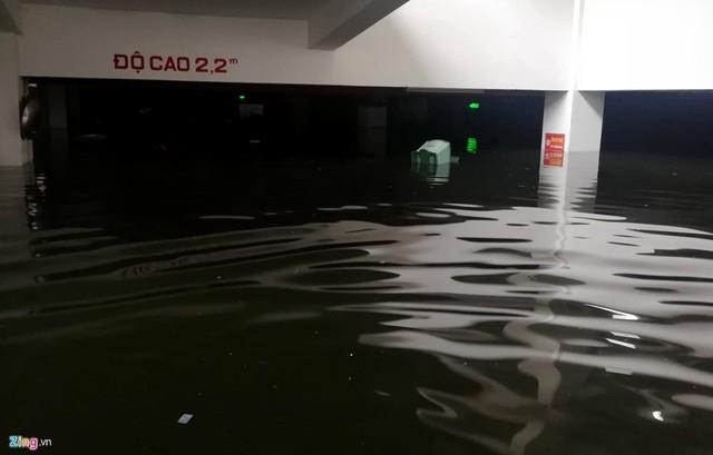 Ngay cả những người sống trong chung cư cao cấp ở Đà Nẵng cũng không tránh khỏi thiệt hại. Trong hình là hầm để xe ở chung cư Hoàng Anh Gia Lai, đường Hàm Nghi, quận Thanh Khê, ngập gần 2 m.