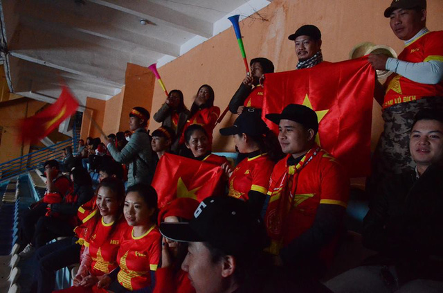 Bên trong sân vận động Hàng Đẫy, nhiều cổ động viên bất chấp mưa lạnh có mặt để theo dõi trận đấu qua màn hình LED.
