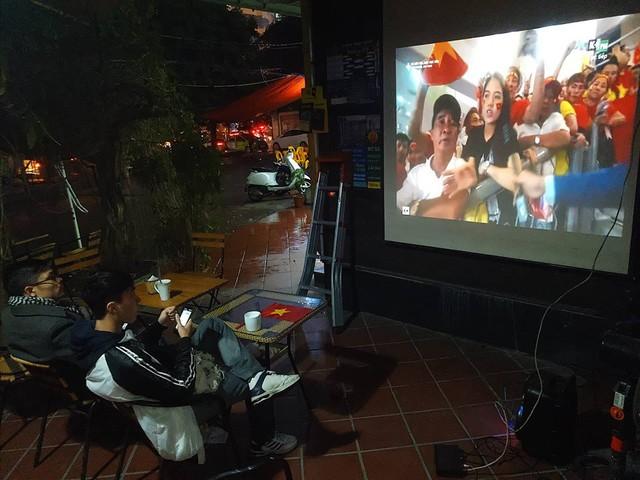 Tại những quán cafe phục vụ xem trận đấu qua máy chiếu, khách kéo đến xem nhiều hơn.