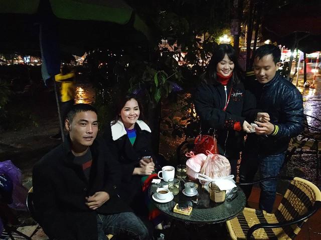 Nhóm thanh niên tranh thủ mua đồ ăn mang đến quán cafe vừa ăn vừa theo dõi trận đấu.