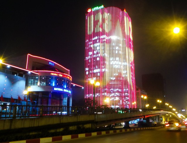Trước đó, phong trào trang trí lấy cảm hứng từ chiến thắng của U23 Việt Nam cũng được một số tòa nhà ở nội thành Hà Nội thực hiện.