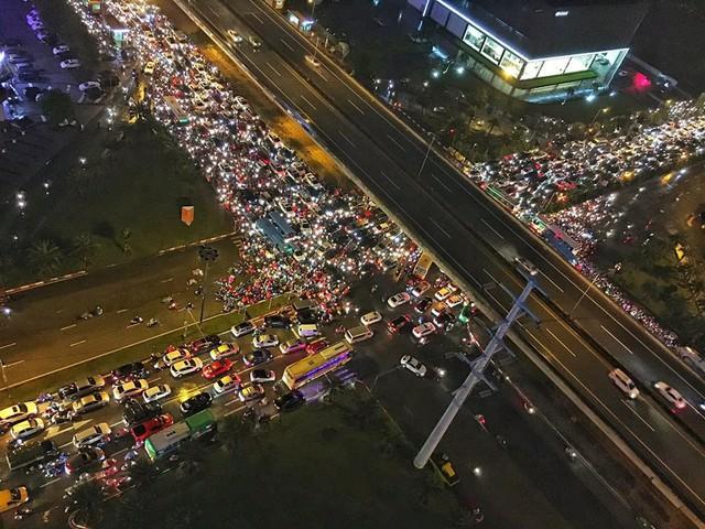 Cảnh tắc đường khắp nơi tại Hà Nội gây khó khăn di chuyển cho người dân cũng như cổ động viên (ảnh facebook).