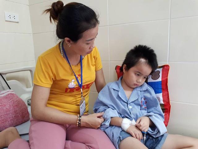 Gia đình chị Toản đã khánh kiệt sau 5 lần phẫu thuật của con, giờ rất cần sự chung tay của cộng đồng. Ảnh PT