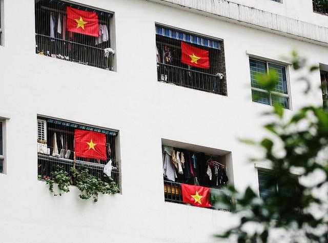Mỗi lá cờ đỏ sao vàng được treo chính diện ở mỗi lô gia