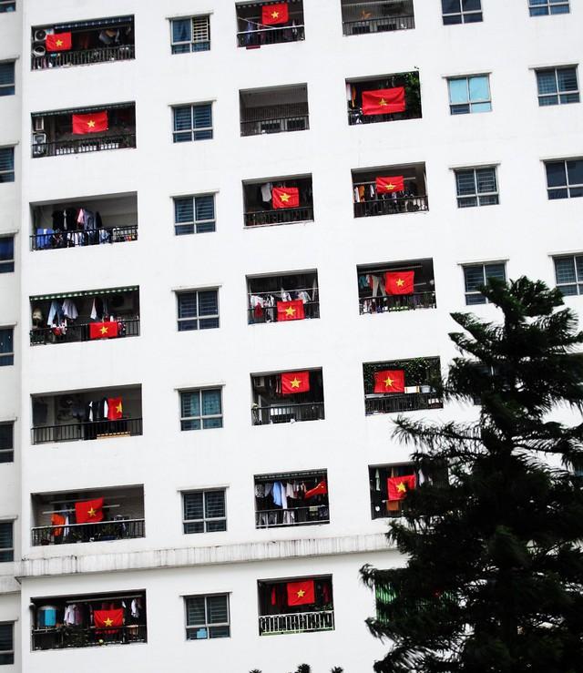 Tại tòa HH3A sáng sớm nay, rất nhiều cư dân tại khu chung cư không khỏi ngạc nhiên bởi hàng loạt cờ đỏ sao vàng ở mỗi lô gia của căn hộ.