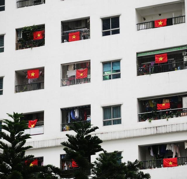 Tại lô gia mỗi căn hộ trên chung cư, lá cờ đỏ sao vàng bay phấp phới khiến người dân cảm thấy xao xuyến.