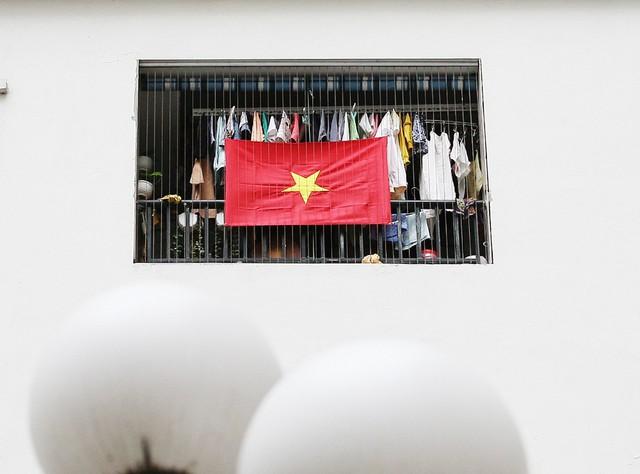 Lá cờ tung bay trên mỗi căn hộ khiến cư dân thêm niềm tự hào về đội tuyển bóng đá Việt Nam.