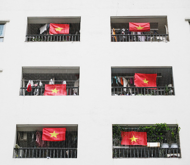 Người dân nơi này cho biết, hy vọng trong vài ngày tới, toàn bộ khoảng 1 vạn căn hộ sẽ phủ kín cờ.
