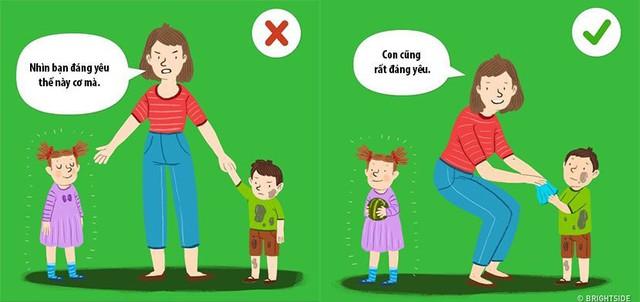 """Cụm từ cha mẹ nên sử dụng: """"Mẹ cũng yêu con. Con cũng là đứa trẻ đáng yêu"""". Hãy chỉ ra điểm tốt của đứa trẻ và thể hiện sự tin tưởng vào thế mạnh ấy. Cha mẹ cần nhớ rằng, đứa trẻ là duy nhất và cũng có những tài năng riêng."""
