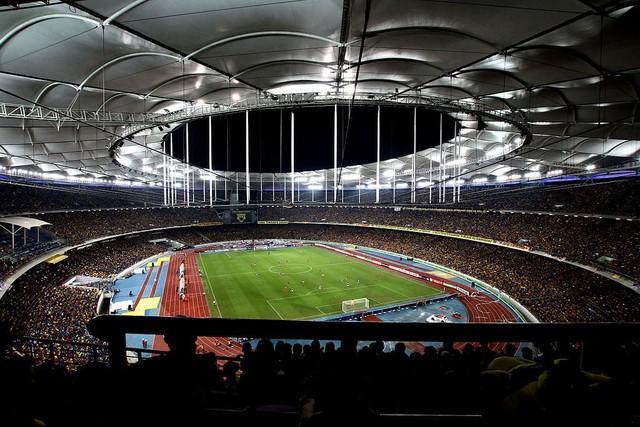 Bên cạnh các sự kiện thể thao nổi tiếng, sân Bukit Jalil cũng từng là chảo lửa của các cổ động viên khi diễn ra nhiều trận cầu đẳng cấp khu vực. Gần đây nhất, sân vận động này cũng là nơi tổ chức trận đấu kịch tính giữa đội tuyển Thái Lan và Malaysia trong vòng chung kết lượt về kỳ AFF Suzuki Cup 2014. Ảnh: Phalinn Ooi.