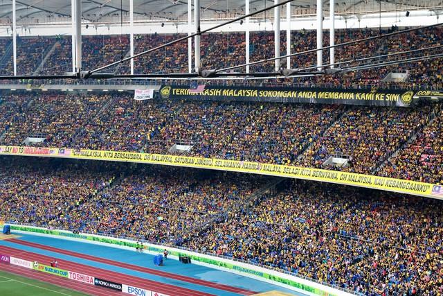 Tình yêu bóng đá của người Malaysia được tái hiện trên sân vận động quốc gia Bukit Jalil. Khoảng 90.000 chỗ ngồi được lấp kín bởi các cổ động viên cuồng nhiệt của đội chủ nhà và người hâm mộ xứ chùa Vàng trong trận chung kết lượt về kỳ AFF Cup 2014. Ảnh: Mohd.