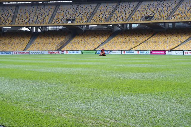 Một ngày trước trận chung kết lượt đi AFF Cup giữa chủ nhà Malaysia và Việt Nam, công tác bảo dưỡng mặt cỏ vẫn diễn ra.
