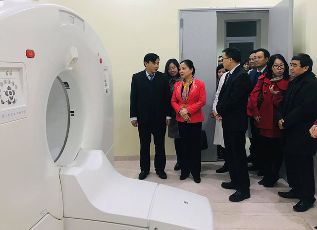 Trưởng Ban Thi đua - Khen thưởng Trung ương Trần Thị Hà đánh giá cao những cải tiến của Bệnh viện K khi tới thăm khu máy chụp CT của bệnh viện.