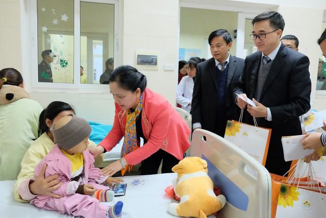 Trưởng Ban Thi đua - Khen thưởng Trung ương tới thăm, tặng quà cho các bệnh nhi đang điều trị tại Bệnh viện K (Cơ sở 3 Tân Triều)