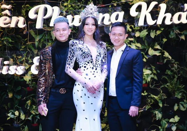 Anh trai của Phương Khánh là chuyên gia trang điểm Hy Nguyễn (phải) và em trai cô cũng có mặt trong buổi tiệc tối 11/12.