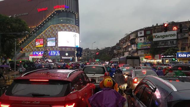 Ngay đầu giờ cao điểm chiều, phố Chùa Bộc hướng Phạm Ngọc Thạch đã tê liệt. 20 phút các phương tiện vẫn đứng yên tại chỗ. Ảnh: Phạm Hải