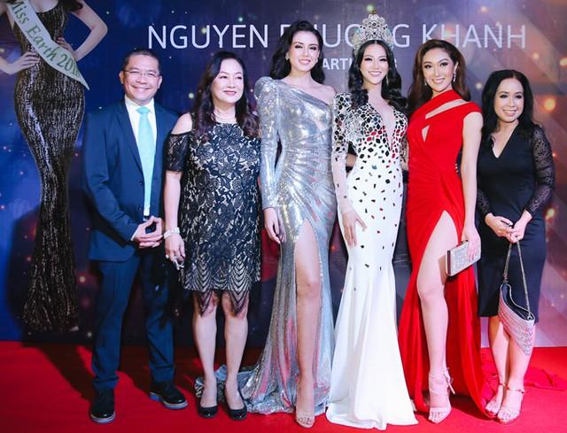 Phương Khánh chụp ảnh cùng hai mỹ nhân nước ngoài và người thân trên thảm đỏ.