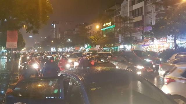 Hơn 18h, đường Trung Kính, quận Cầu Giấy vẫn ùn tắc kéo dài. Người tham gia giao thông khốn khổ đội mưa rét nhích từng mét. Ảnh: Nhị Tiến