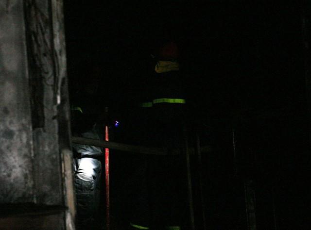 Đến 17h40 lực lượng chức năng vẫn tiến hành dập tắt ngọn lửa.