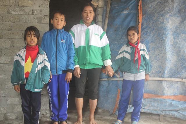 Bốn mẹ con bà Tâm nương tựa nhau trong căn nhà lụp xụp.